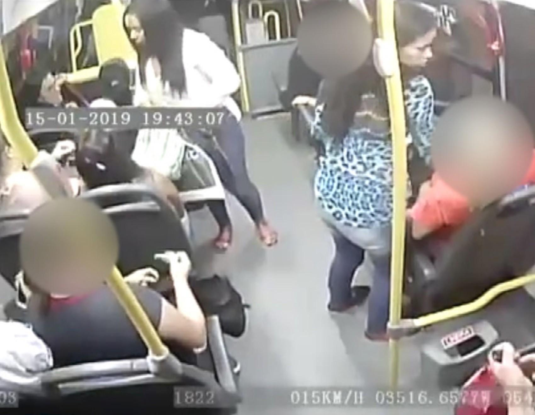 Duas mulheres e um homem assaltam micro-ônibus na Grande Natal; vídeo mostra arrastão