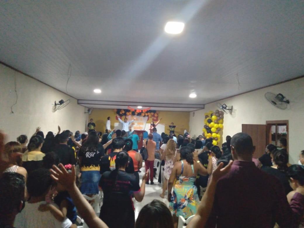 Mesmo proibida por decreto, igreja faz culto com aglomeração e pessoas sem máscaras em Cruzeiro do Sul: 'inevitável'