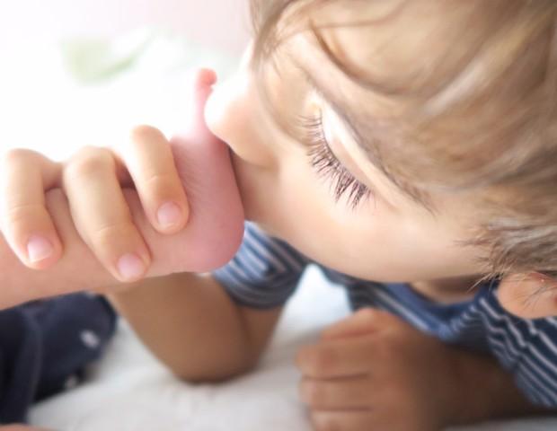 João Pedro beija os pés da irmãzinha, Helena (Foto: Beto Lima)