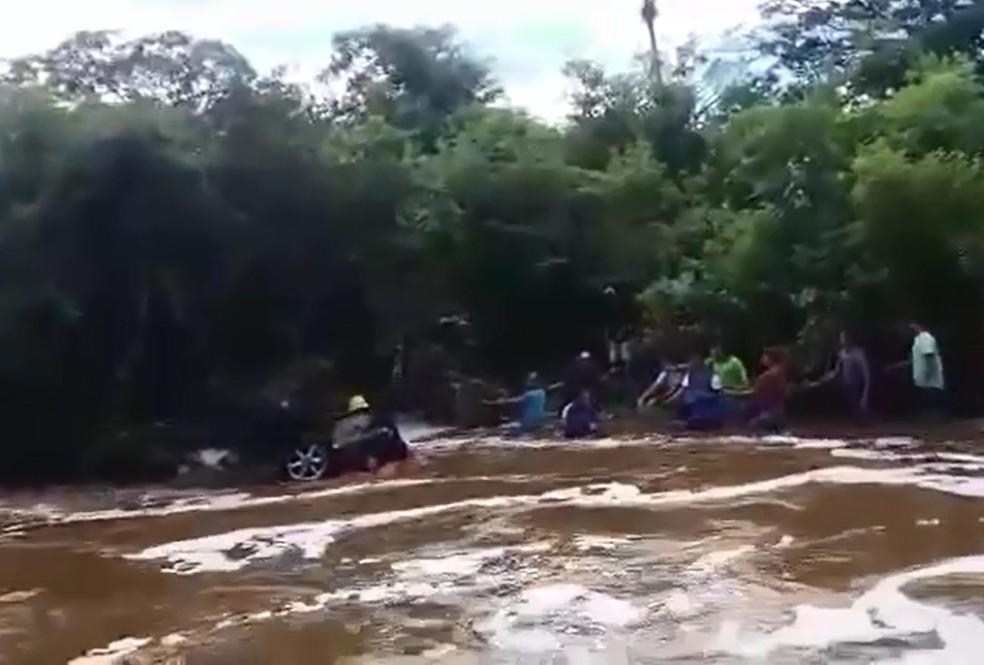 Corpo de Bombeiros e moradores de Domingos Mourão, no Piauí, resgatam veículo das águas do riacho Altamira — Foto: Reprodução