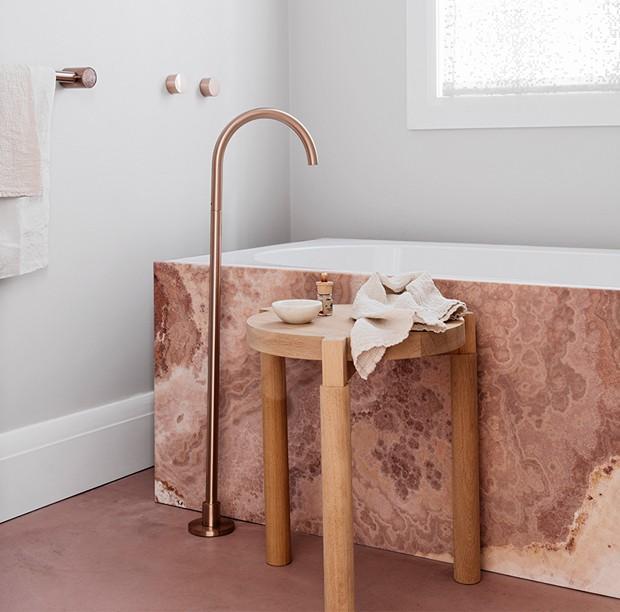 Décor do dia: banheira rosa é destaque em ambiente minimalista (Foto: Felix Forest/Divulgação)