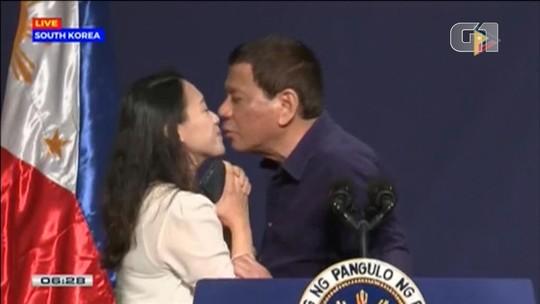 Duterte diz que 'todo mundo gostou' do beijo na boca em ato público