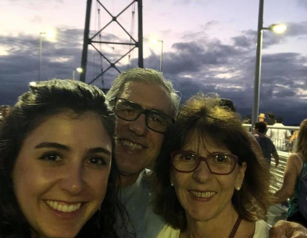 A jornalista Marília Marasciulo e seus pais, Antônio e Eleonor: a família viu que a recuperação da Covid-19 é mais complicada do que parece (Foto: Arquivo pessoal)