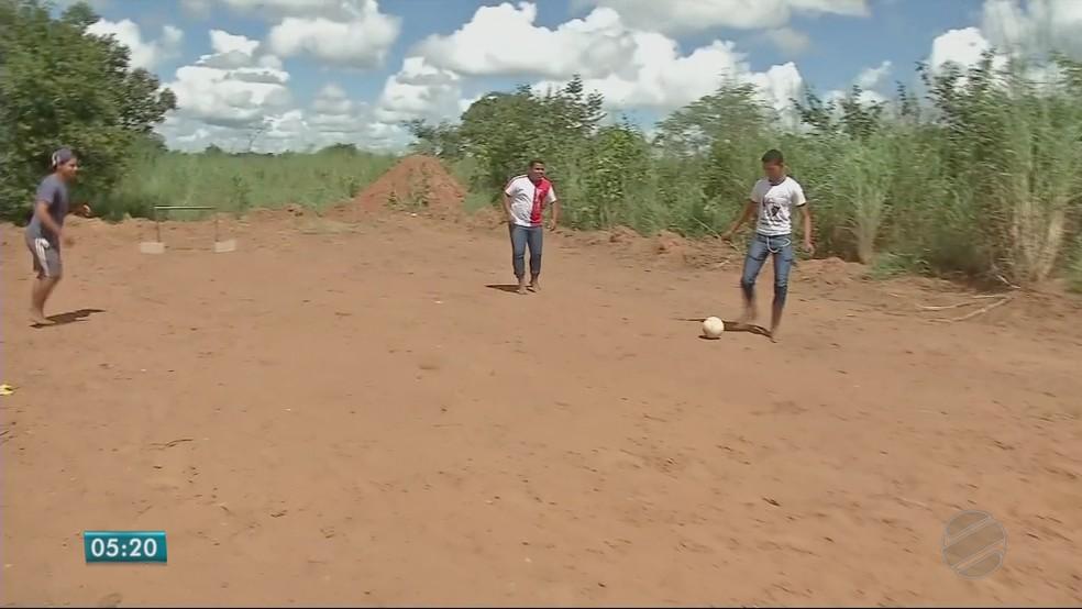 Aulas de educação física acontecem em campo improvisado de terra (Foto: TVCA/ Reprodução)
