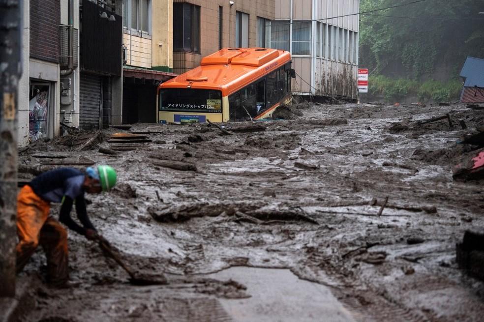 Imagem de lama que deslizoude morros em rua da cidade de Atami, no Japão, em 3 de julho de 2021 — Foto: Charly Triballeau / AFP