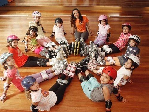 Crianças se reúnem para praticar atividades físicas