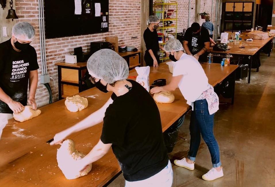 Voluntários produzem pães para doar a estudantes da rede pública de Taquara