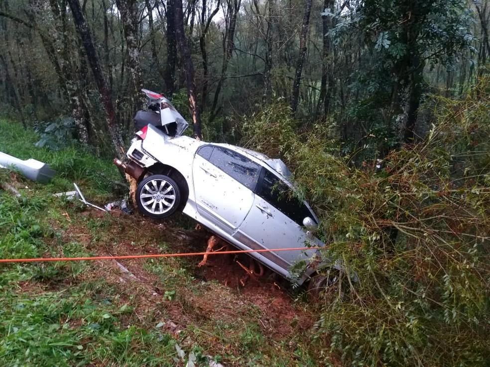 Segundo a polícia, carro aquaplanou e bateu em uma árvore — Foto: Divulgação/CRBM