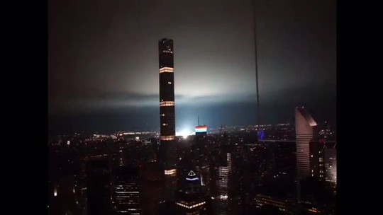 Publicitário registra clarão que iluminou o céu de NY: 'Melhorou a paisagem'