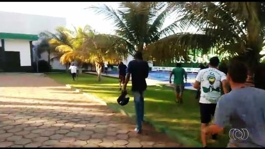 Torcedores invadem CT do Goiás e agridem zagueiro Bruno Aguiar; vídeos