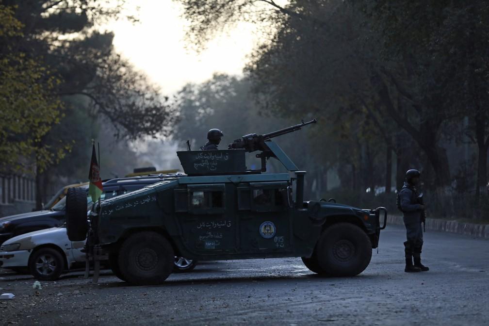Segurança é reforçada na região da Universidade de Cabul, no Afeganistão, onde um ataque de homens armados deixou mortos e feridos — Foto: Rahmat Gul/AP