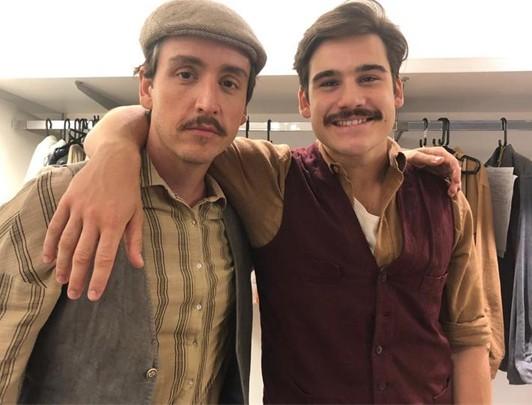 Wagner Santisteban e Nicolas Prattes nos bastidores de 'Éramos seis' (Foto: TV Globo)