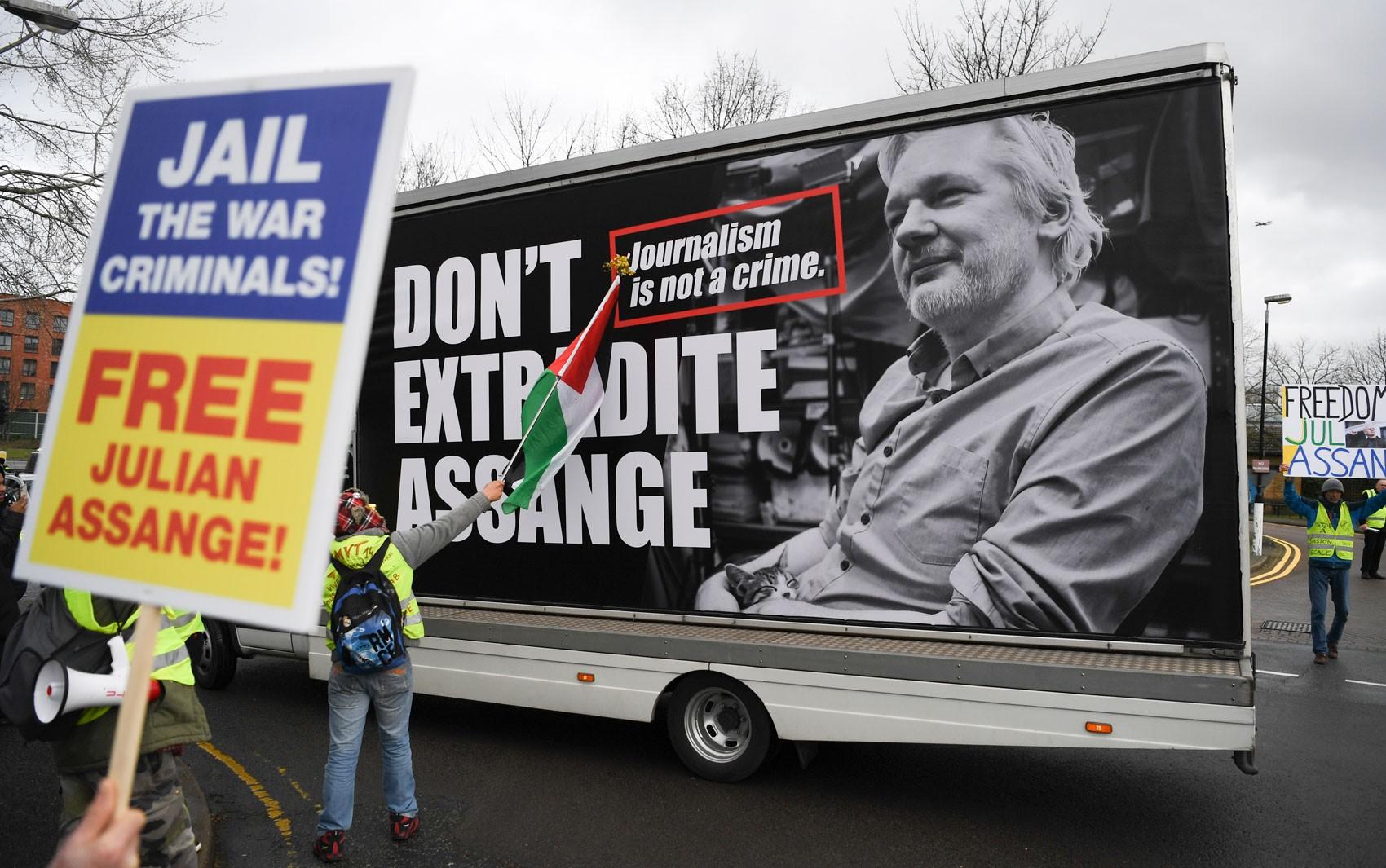 Começa audiência de extradição de Julian Assange na Justiça do Reino Unido