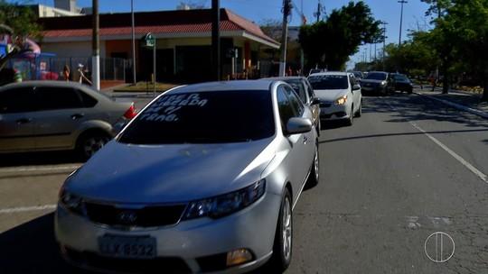 Motoristas da Uber fazem protesto contra apreensões de veículos em Cabo Frio, no RJ