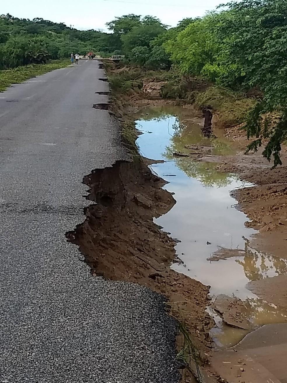 Parte da RN-041 também foi sanificada pela força do Rio São Miguel em Santana do Matos — Foto: Defesa Civil de Santana do Matos