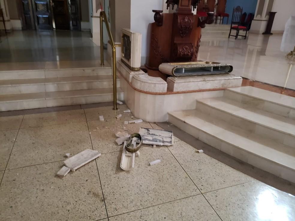 Homem de 49 anos foi detido após quebrar móveis da Catedral de Limeira — Foto: Wagner Morente/Comunicação GCM Limeira