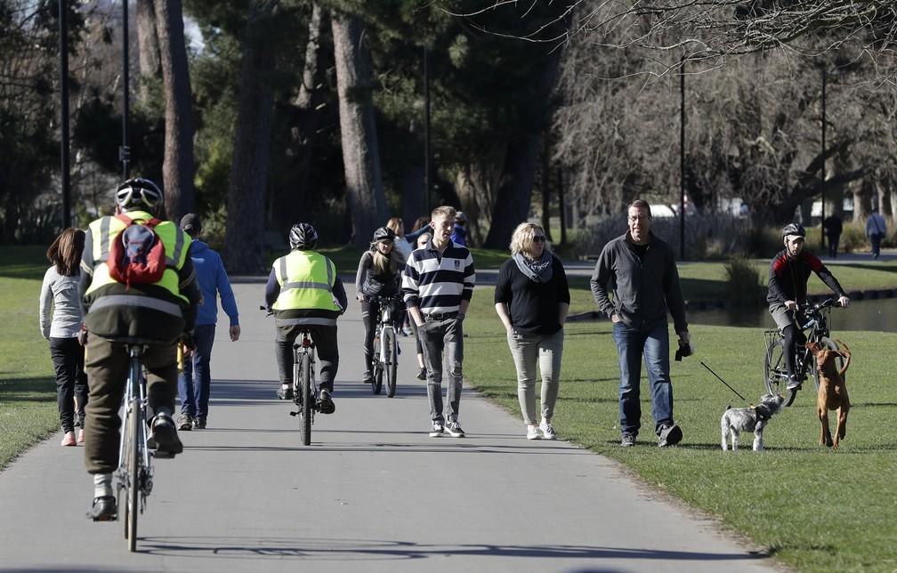 Moradores se exercitam no parque Hagley em Christchurch, na Nova Zelândia quando o país completou 100 dias sem transmissão de coronavírus  — Foto: Mark Baker/AP