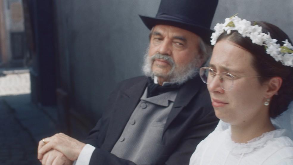 Dolores (Daphne Bozaski) e Eudoro (José Dumont) a caminho da igreja em 'Nos Tempos do Imperador' — Foto: Globo