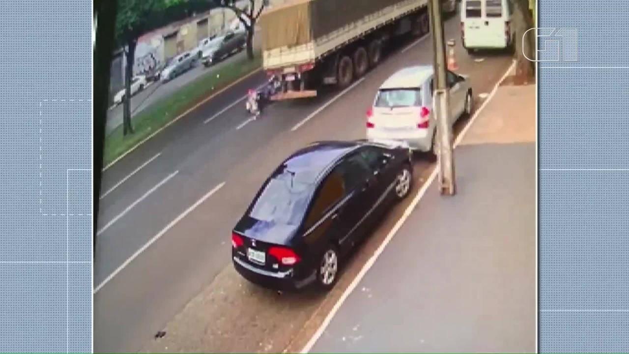 Câmera registra batida entre moto e caminhão