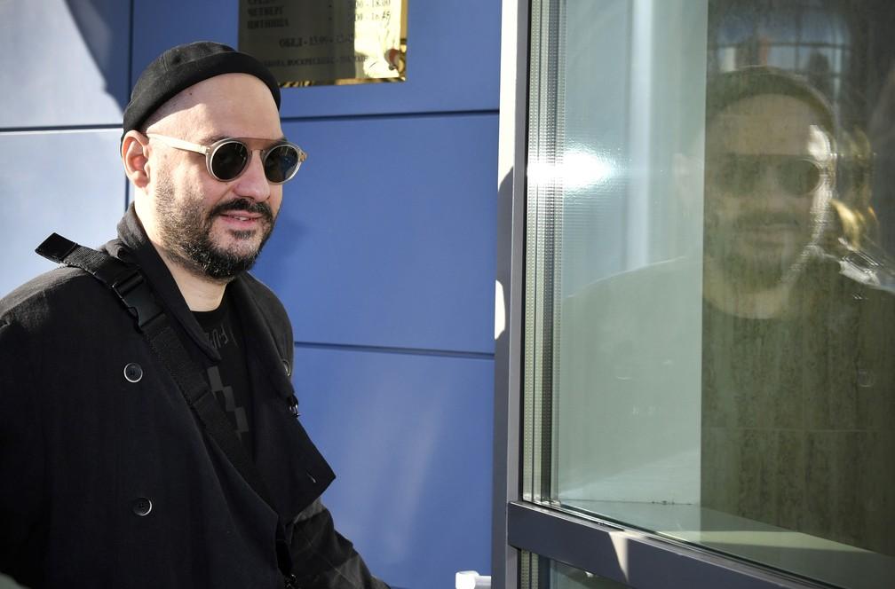 O diretor Kirill Serebrennikov chega em corte de Moscou para julgamento — Foto: Alexander NEMENOV / AFP