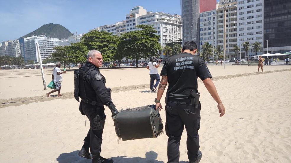 Esquadrão antibombas é acionado para retirar granada enterrada na areia da Praia de Copacabana — Foto: Reprodução