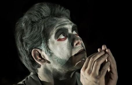 Ele já atuou no teatro e participou de 'Os que têm hora marcada' de Elias Canetti Reprodução Instagram / João Kehl