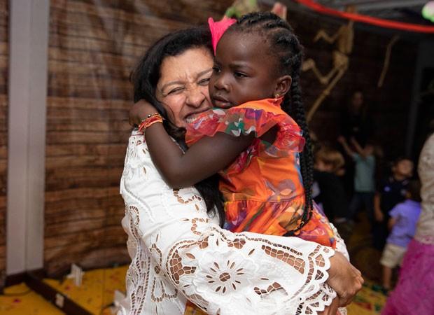 Regina Casé ganha o abraço de Títi (Foto: Felipe Panfili/Divulgação)