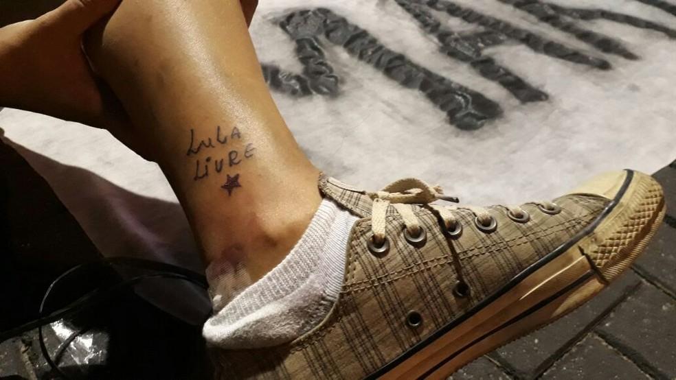 Militante Raísa Rabelo tatuou, durante o ato, as palavras 'Lula Livre' em seu tornozelo (Foto: Marina Meireles/G1)