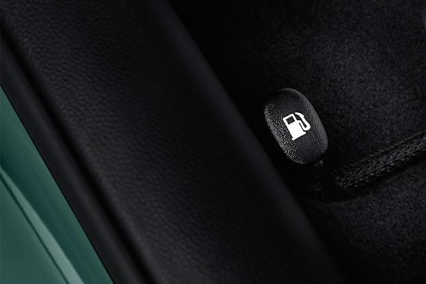 Detalhe do botão de abertura do tanque de combustível do Hyundai HB20X 2016 (Foto: Divulgação)