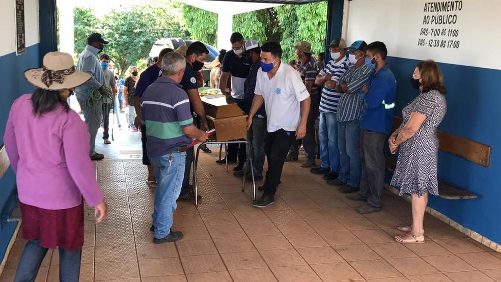 Corpos de vítimas de acidente em Taguaí foram levados para cemitério de Itaí — Foto: Carlos Dias/G1