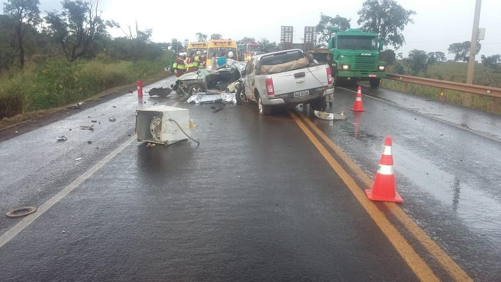 Carro de jogador ficou destruído com impacto em rodovia de MS (Foto: PRF/Divulgação)
