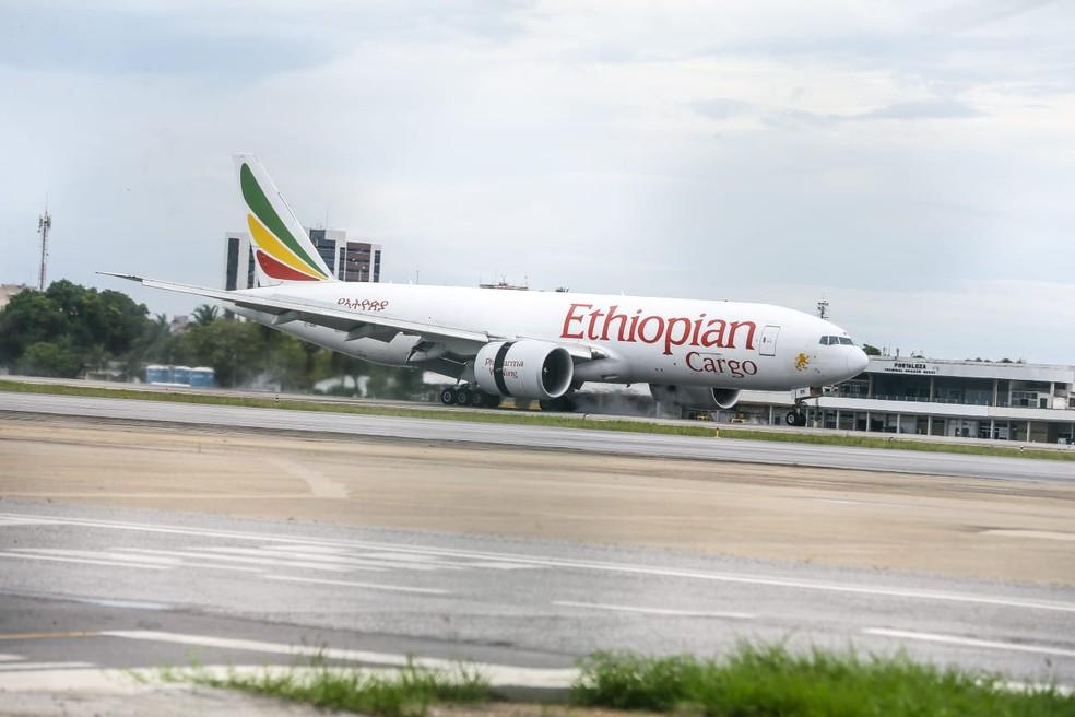 O avião que pousou em Fortaleza com as 90 toneladas de insumos hospitalares veio da China — Foto: Camila Lima/SVM