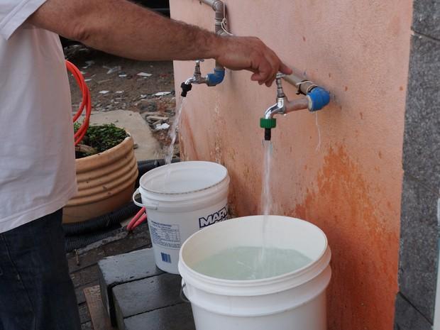 Torneiras ficam disponíveis para quem quiser buscar água em qualquer horário. (Foto: Jenifer Carpani/G1)