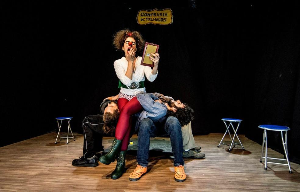 Palhaça Lelê, da Cia. da Sorte, se apresenta em teatro — Foto: Cia. da Sorte/Divulgação