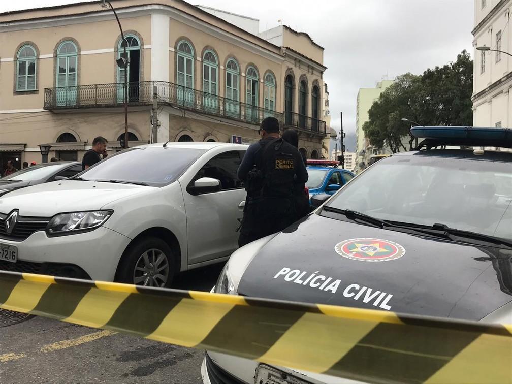 Peritos analisam carro encontrado com um corpo dentro da UFRJ, no Centro do Rio — Foto: Yasmin Restum/ G1