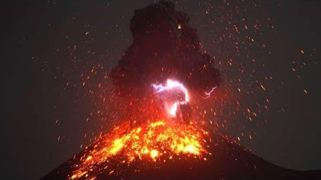 Momento em que raio é formado com a erupção vulcânica (Foto: Reprodução/YouTube)