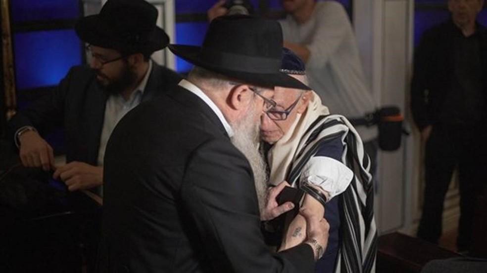 Andor Stern foi homenageado com um bar mitzvah especial, aos 91 anos de idade — Foto: BBC