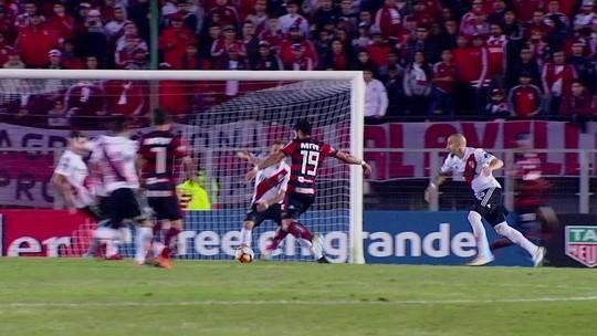 Diego Alves quase entrega, Fla joga mal e empata com o River; veja