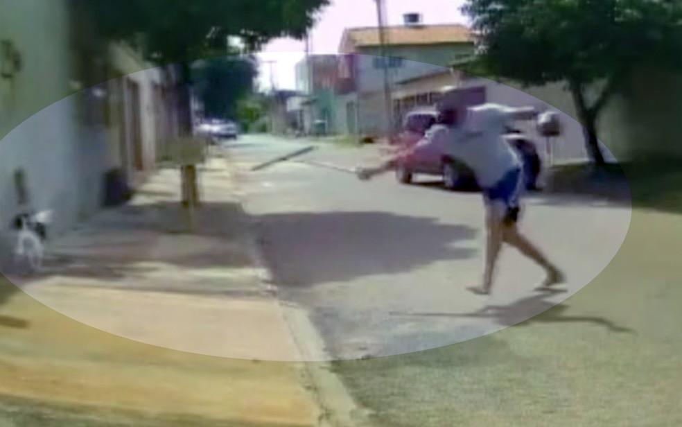 Homem é flagrado agredindo cão com rodo em rua de Goiânia — Foto: TV Anhanguera/Reprodução