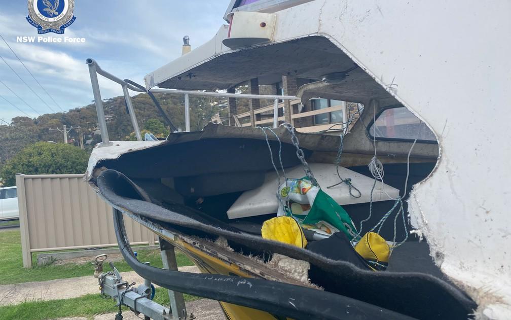 Barco no qual Nick Myhill e seu padrasto Matt pescavam e que foi atingido por uma baleia em New South Wales, na Austrália — Foto: NSW Police/G1
