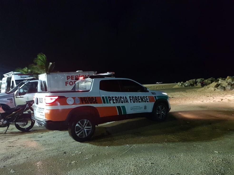 Equipes da Perícia Forense estiveram no local para auxiliar nos trabalhos de identificação da vítima — Foto: Rafaela Duarte
