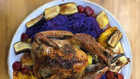 Peru de Natal com Purê de Batata-Roxa e Frutas ao Forno