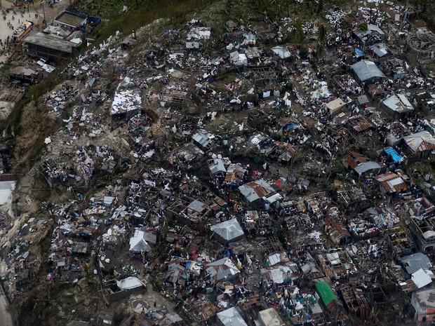 Casas ficam destruídas pela passagem do furacão Matthew por Jeremie, no Haiti (Foto: Carlos Garcia Rawlins/Reuters)