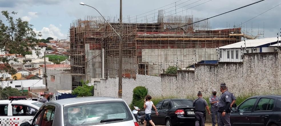 Operários ficaram feridos em construção de prédio em Franca, SP — Foto: Nathália Henrique/EPTV