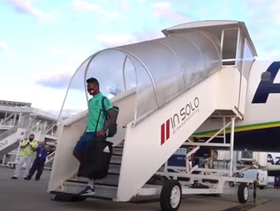 Bruno Henrique desce em Goiânia no voo do Flamengo — Foto: Reprodução Fla TV