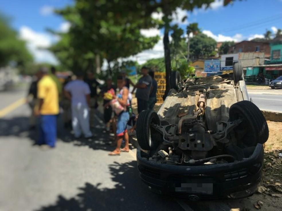 Capotamento deixou duas pessoas feridas em Abreu e Lima, no Grande Recife (Foto: PRF/Divulgação)