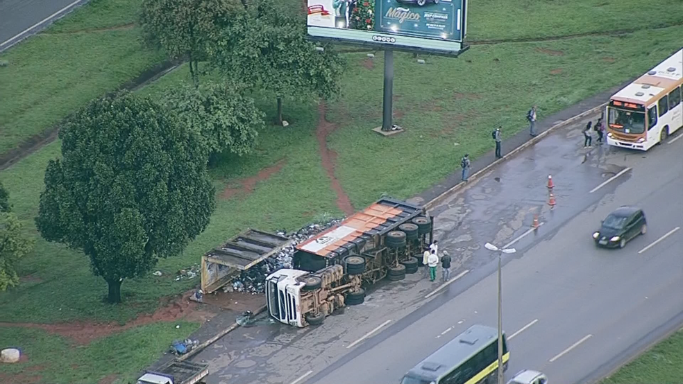 Local onde caminhão virou dejetos sobre parada de ônibus (Foto: TV Globo/Reprodução)