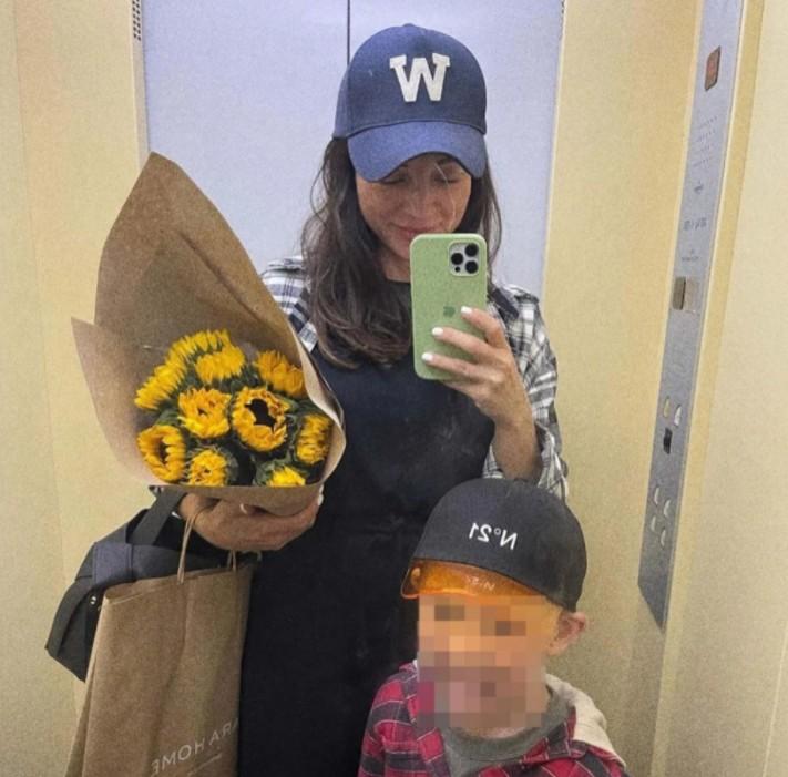 A influencer russa Marina Lebedeva com o filho (Foto: Reprodução/Republika)