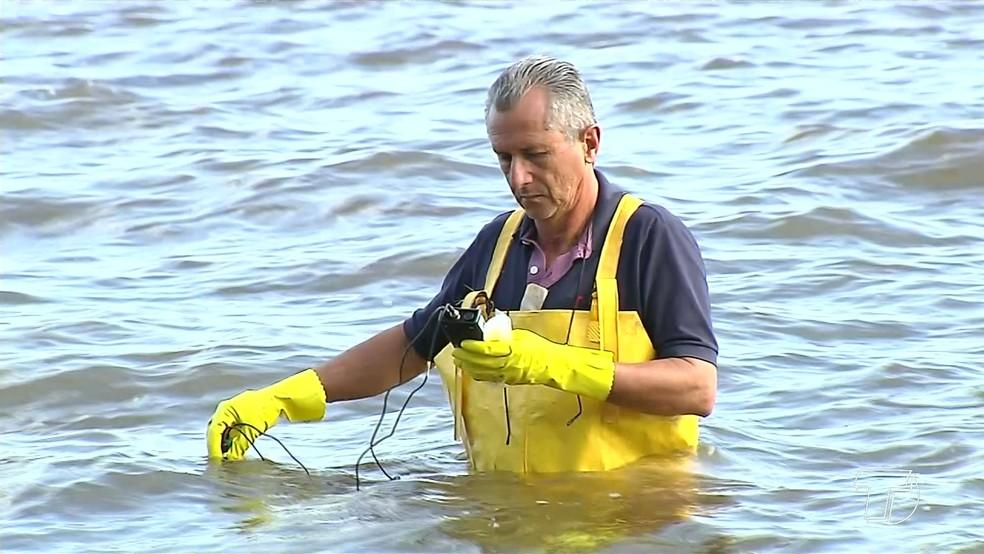 -  Técnico coletando água da praia do Maracanã em Santarém  Foto: Reprodução/TV Tapajós