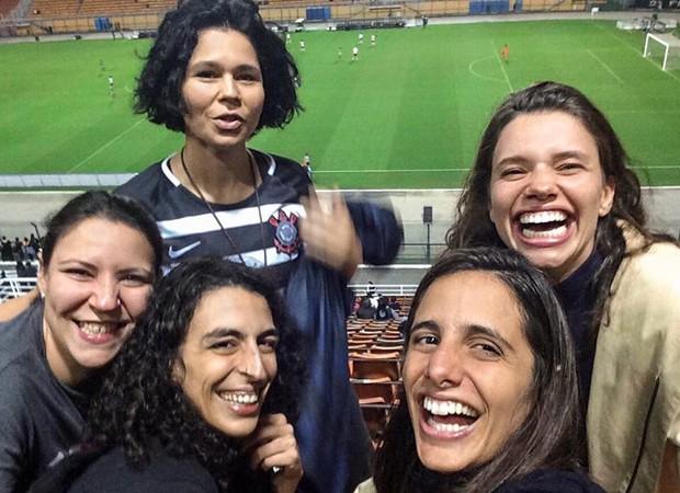 Bruna Linzmeyer e amigas assistem jogo de futebol (Foto: Reprodução/Instagram)